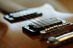 Strumienie i mosty Zbliżenie strzał Washburn idola WI-64 gitara elektryczna z melodia mostem obrazy royalty free