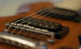 Strumienie i mosty Zbliżenie strzał Washburn idola WI-64 gitara elektryczna z melodia mostem obraz stock