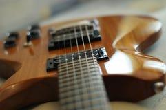 Strumienie i mosty Zbliżenie strzał Washburn idola WI-64 gitara elektryczna z melodia mostem fotografia stock