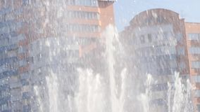 Strumienie woda fontanna na miasto budynku tle w słonecznym dniu swobodny ruch zbiory