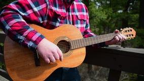 Strumming av gitarren stock video