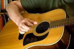 strumming för gitarr Arkivfoton