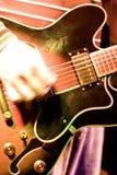 Strumming una chitarra Fotografie Stock Libere da Diritti