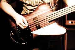 Strumming una chitarra Fotografia Stock