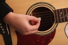 Strumming van de gitaar Stock Foto