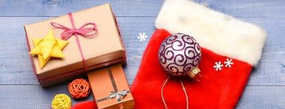 Strumpa med julgåvaasken Julsockan tonade bästa sikt för träbakgrund Traditionell jul tillskrivar fotografering för bildbyråer