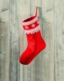 Strumpf des Epifany rote Socke mit Schneeflocken für Geschenke Stockfotos