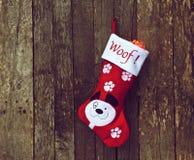 Strumpf des Hundes Weihnachtsauf Holz. Stockbild