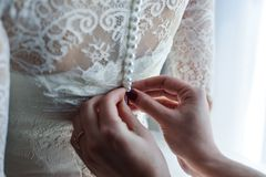 Strumpfband auf dem Bein einer Braut, Hochzeitstagmomente Lizenzfreies Stockbild