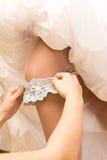 Strumpfband auf Fahrwerkbein der Braut   Lizenzfreies Stockfoto