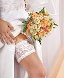 Strumpfband am Bein der Braut. Lizenzfreies Stockfoto