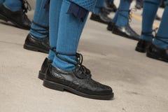 Strumpor för traditionella skotska skor för låg vinkel blåa Royaltyfri Fotografi
