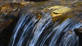 Strumyk wody strumień z małą szczeliną zbiory