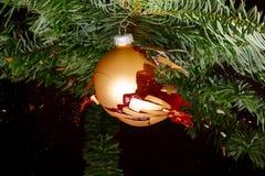 Struntsak på en julgran som exploderar Arkivbilder