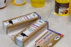 Strutsmassagekräm som är till salu på den globala marknaden i Dubai, Förenade Arabemiraten royaltyfri bild