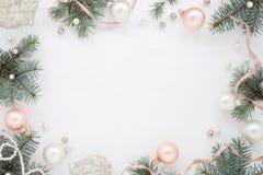 Struttura, abete, decorazione e perle leggeri di Natale Fotografie Stock Libere da Diritti