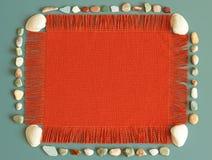 Struttura arancio, conchiglie, pietre del mare, fondo di estate, il vostro messaggio qui Fotografia Stock