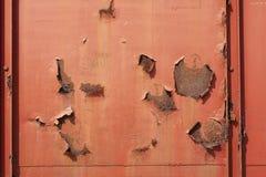 Struttura arrugginita e graffiata rossa del fondo della superficie di metallo fotografie stock libere da diritti