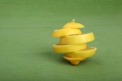 Struttura artistica fatta delle fette del limone su fondo verde Fotografia Stock