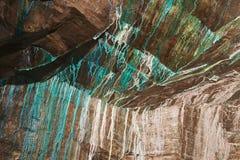 Struttura astratta del rame oxidated sulle pareti della miniera di rame in sotterraneo in Roros, Norvegia Fotografie Stock Libere da Diritti