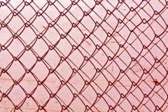 struttura astratta del recinto del collegamento a catena contro la parete grungy di colore Immagine Stock