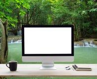 Struttura bianca da tavolino sulla tavola di lavoro e sulla natura della cascata Fotografia Stock Libera da Diritti