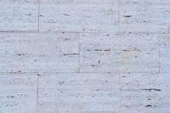 Struttura bianca della parete di pietra sulla via immagine stock