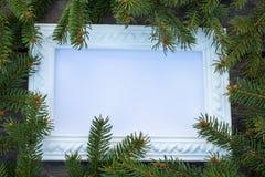 Struttura bianca e rami verdi di un albero di Natale sui precedenti dei bordi anziani e di legno Vista superiore con lo spazio de fotografie stock libere da diritti