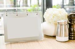 Struttura in bianco del menu sulla tavola in caffè del ristorante Fotografia Stock