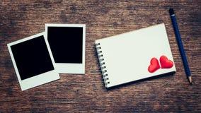 Struttura in bianco della foto, taccuino, matita e cuore rosso per il biglietto di S. Valentino Immagini Stock