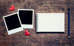Struttura in bianco della foto, taccuino, matita e cuore rosso per il biglietto di S. Valentino Fotografie Stock Libere da Diritti
