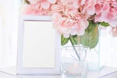 Struttura in bianco sulla decorazione del fiore e della tavola Fotografia Stock