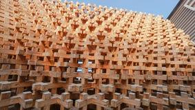 Struttura a blocchi di legno della facciata della parete fotografia stock