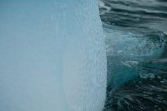 Struttura blu brillante unica di arte dell'iceberg dell'Antartide in acqua increspata fotografia stock