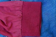 Struttura blu rossa del tessuto da un pezzo sgualcito immagine stock