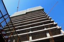 Struttura in cemento armato e gru di costruzione Fotografia Stock Libera da Diritti
