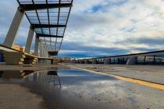 Struttura & cielo di riflessione con le nuvole fotografia stock
