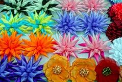 Struttura colorata dei germogli dei fiori artificiali sulla tavola Fotografia Stock