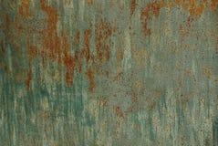 Struttura colorata ed arrugginita del ferro da un frammento della parete immagini stock