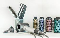Struttura completa degli strumenti professionali del parrucchiere su fondo bianco fotografia stock libera da diritti