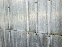 Struttura coprente ondulata dello strato dello zinco del metallo Weathered fotografia stock libera da diritti