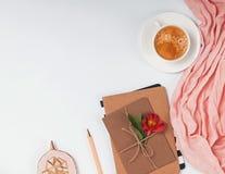 Struttura creativa con caffè, le buste ed il fiore fotografie stock
