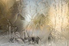 Struttura croccante di tiraggio del gelo su una finestra fotografie stock