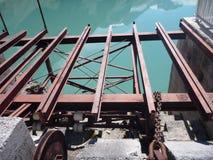 Struttura d'acciaio del vecchio elevatore rosso arrugginito della diga Immagine Stock