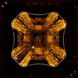 Struttura d'acciaio dorata da sotto il giro Eiffel fotografia stock