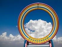 Struttura d'acciaio rotonda con il cielo variopinto fotografia stock libera da diritti