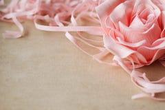 Struttura d'annata con una rosa su lino Fotografia Stock Libera da Diritti
