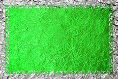 Struttura d'argento brillante con un modello sui precedenti verdi della stagnola Immagine Stock Libera da Diritti