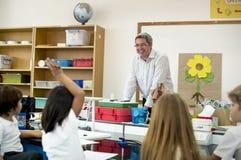 Struttura d'istruzione del fiore dell'insegnante al diverso asilo Immagine Stock