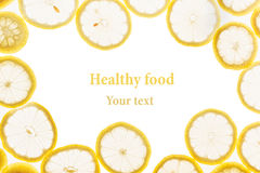 Struttura decorativa dai cerchi delle fette del limone su un fondo bianco Isolato Bordo decorativo Priorità bassa della frutta Fotografia Stock Libera da Diritti